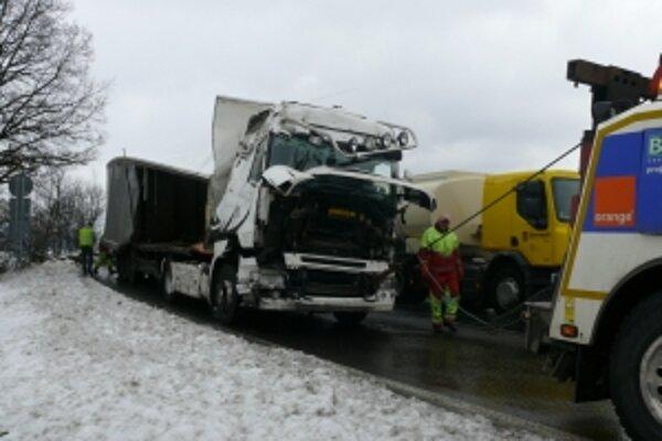 Kamión sa na cestu dostal až dnes dopoludnia.