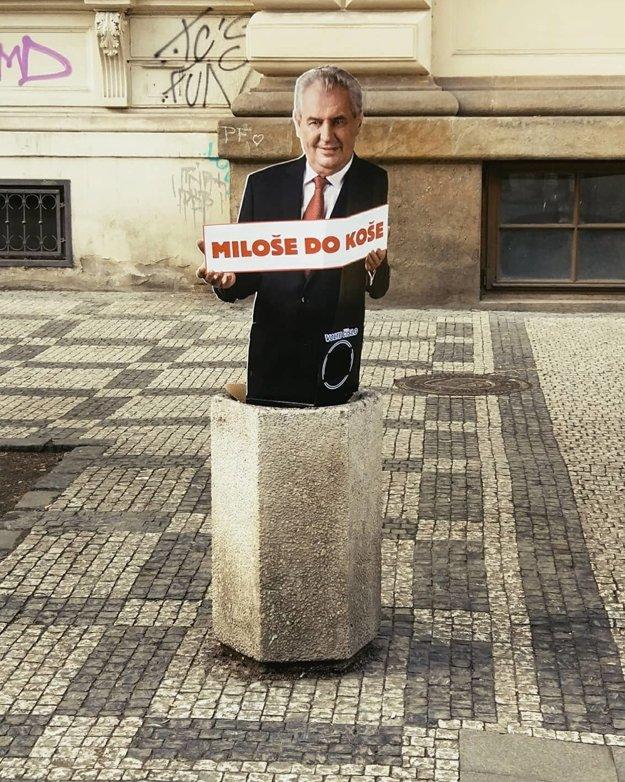 Protestné makety v centre Prahy.