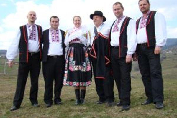 Temperament Cimbal Orchestra. Uprostred sóloví speváci Jozef Martinský a Iveta Bystrianska.