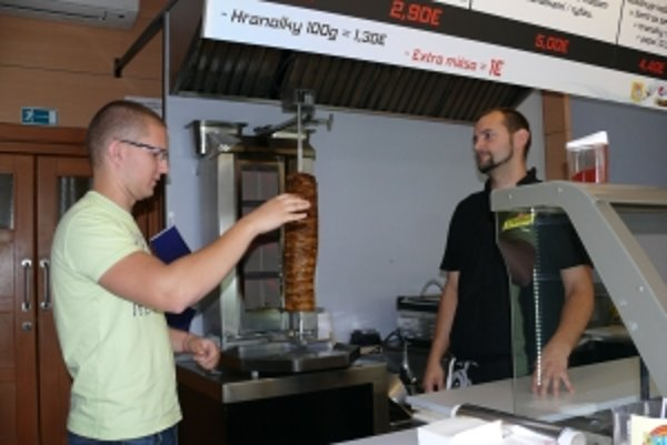 Majiteľ kebabu Pavel Šarina (vľavo) je tiež nepočujúci.
