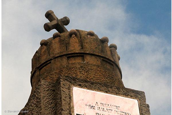 Pamätník s korunou.