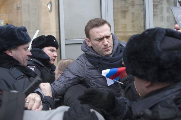 Polícia Navaľného zadržala.