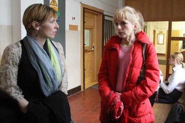 Bývalá kontrolórka Ľubica Lapinová (vpravo) pred pojednávaním.