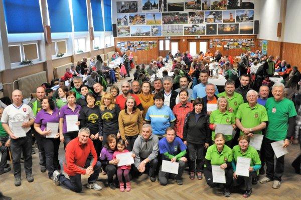 Spoločná snímka ocenených turistiek a turistov.
