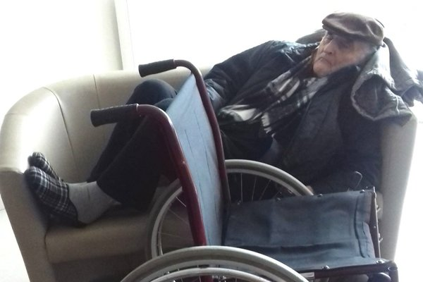 Takto čakal 88-ročný pán na sanitku 3,5 hodiny.