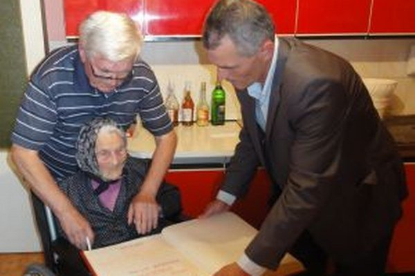 Jubilantke dnes zablahoželal aj primátor mesta Daniel Dunčko, podpísala sa tiež do pamätnej knihy mesta. Vľavo vedľa oslávenkyne stojí jej syn Juraj Bobor.