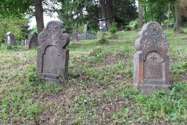 Staré náhrobné kamene v Hornom Tisovníku.