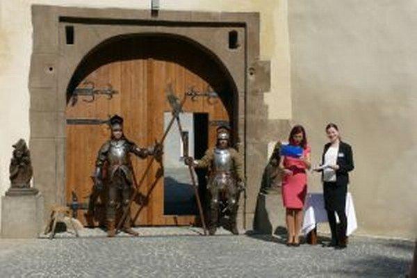 Vchod do zámku strážili ozbrojenci.