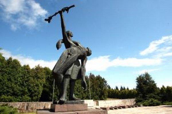 Bronzová plastika na vojenských cintorínoch vo Zvolene od Jarmily Podzimkovej-Mráčkovej.
