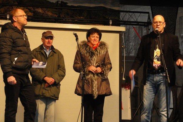 Pri krste (zľava) iniciátor a zostavovateľ knihy Jozef Poliak, jeden z autorov Alfonz Skržek, primátorka Lenka Balkovičová a moderátor akcie, zvolenský básnik a filozof Ondrej Kalamár.