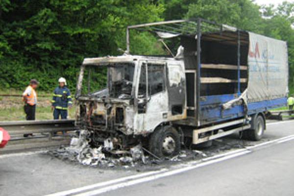Auto takmer celé zhorelo.