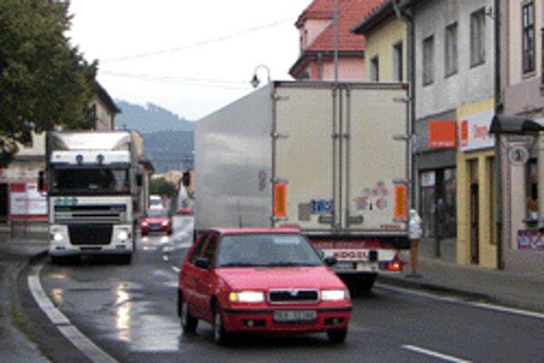 Hlavnou cestou, pretínajúcou centrum Krupiny, prejdú denne tisícky áut a kamiónov.