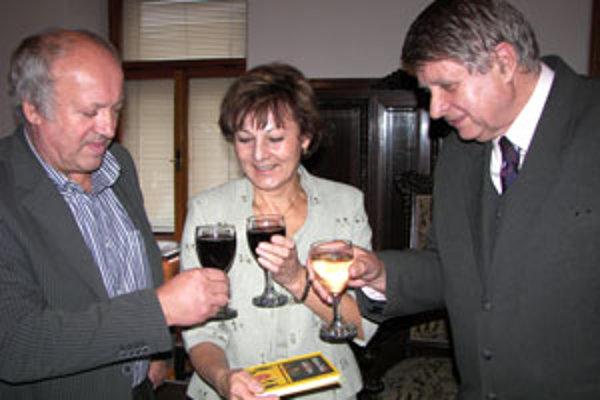 Jozef Bily (vpravo) si pripíja na úspech knihy s jej krstnými rodičmi, podnikateľom Michalom Fečkom a riaditeľkou Spojenej školy vo Zvolene Zdenkou Müllerovou.