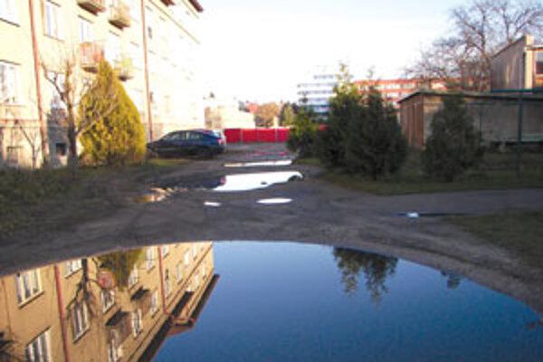 Na dvore bytovky sú takmer celý rok jamy plné vody.