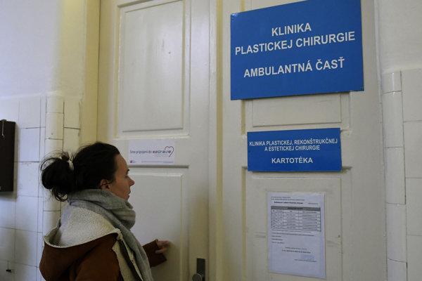 Klinika plastickej, rekonštrukčnej a estetickej chirurgie, kde malo dochádzať k operáciám.