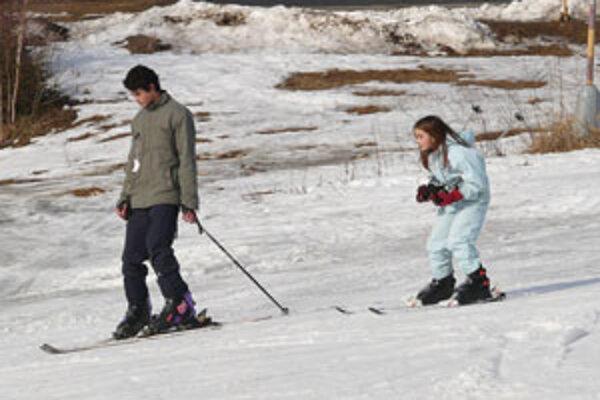 Kvalita snehu nie je síce najlepšia, no na vlek už v rade čakať nemusíte.