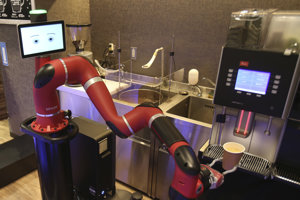 Robot zomelie kávové zrná, naplní nimi filter a zaleje pohárik horúcou vodou.