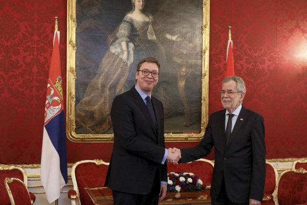 Rakúsky prezident Alexander van der Bellen (vpravo) si podáva ruku so svojím srbským partnerom Aleksandarom Vučičom pred ich stretnutím v paláci Hofburg vo Viedni.