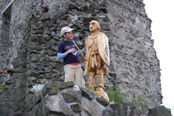 Soška keltského rytiera deti lákala, hradobný múr hravo zvládli.