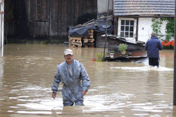 Pavel Bízik zo Zvolenskej Slatiny na zaplavenom dvore.