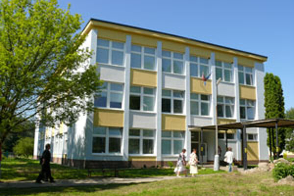 Na školských budovách vymenili okná aj vchodové dvere.