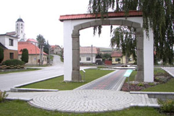 Zrekonštruovanú kamennú bránu, typickú pre architektúru obce, umiestnili na námestie.
