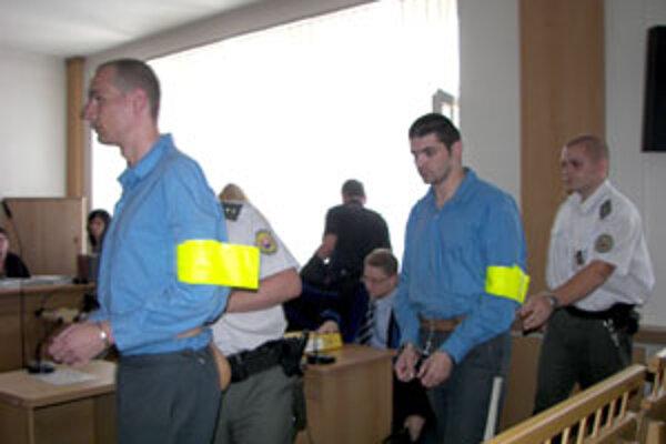 Odsúdení Ján S. (vľavo) a Martin M., ktorí prepadli benzínku v Budči.