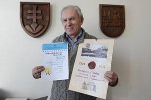 Starosta obce Čečejovce Július Pelegrin s oceneným kalendárom.