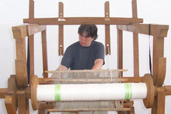 Ženy v Detvianskej Hute sa znova učia tkať.