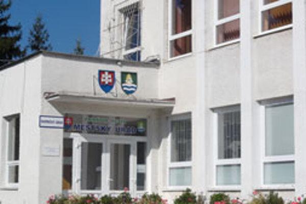 Mestský úrad v Dudinciach. Primátorom by v nich chceli byť štyria muži a jedna žena, medzi nimi aj prisťahovalec z Etiópie.