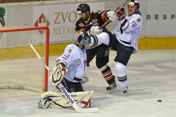 Hráč Slovana Peter Frühauf (vpravo) sa snaží zastaviť Petra Puchera zo Zvolena pred brankárom Slovana Branislavom Konrádom.