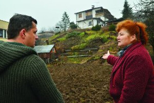 Minister životného prostredia József Nagy sa pod zosúvajúcim sa svahom rozpráva s Máriou Jombíkovou.
