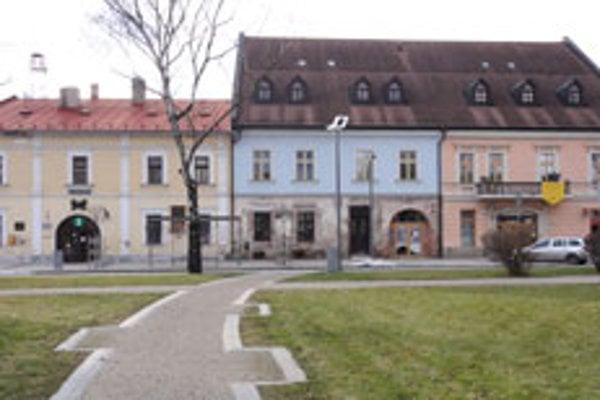 Múzeum (vpravo) sídli v susedstve historickej radnice.