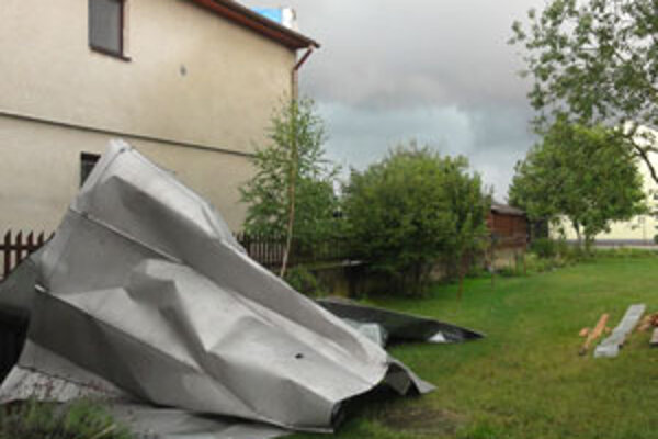 Strecha skončila v susednom dvore.