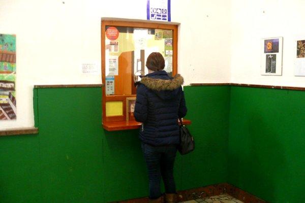 V sobotu avnedeľu majú pokladničky vurčený čas prestávku, preto býva pokladňa na pol hodiny zavretá.