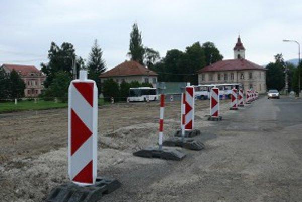 Rekonštrukčné práce na námestí sa už začali.