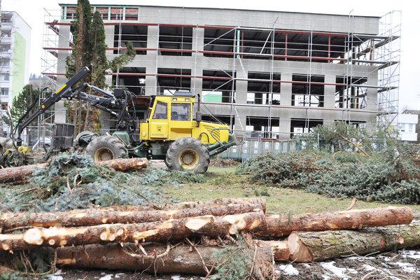 Súčasťou rekonštrukcie budovy bývalej vojenskej správy bolo aj vypílenie stromov.