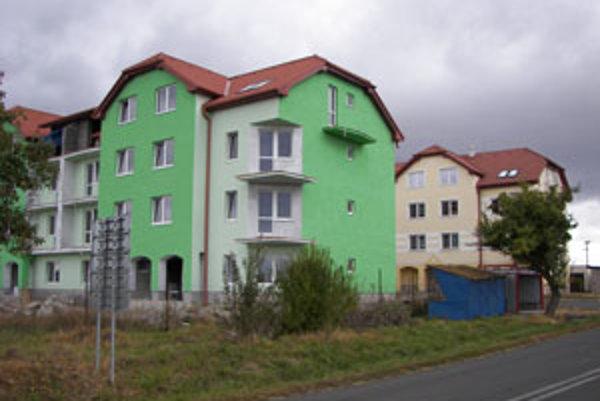 Nový bytový dom stojí oproti súčasnému, v ňom už ľudia bývajú.