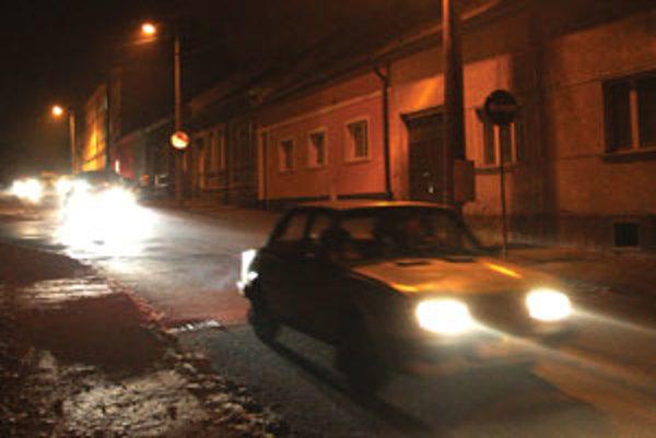 Niektoré lampy v uliciach svietia, iné nie.