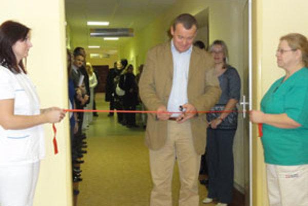 Riaditeľ zvolenskej nemocnice Jozef Botka prestrihol pásku.
