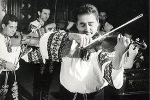 Rinaldo Oláh (13. 1. 1929  - 1. 6. 2006) ako primáš ľudovej hudby SĽUK-u.