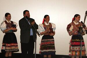 Krstný otec CD Pavol Sihelský so svojimi dcérami.