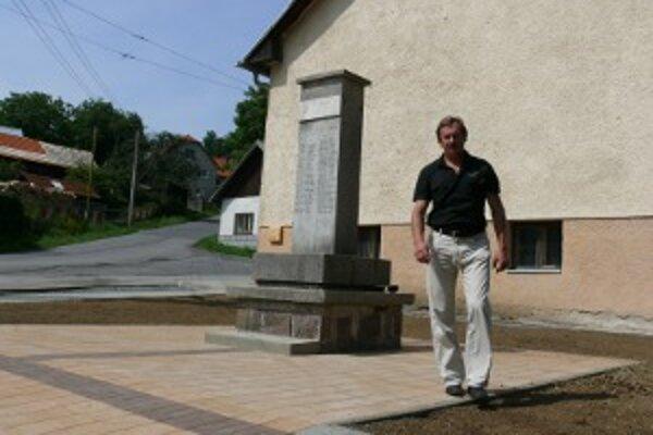 Štefánikova busta na pamätníku stále chýba.