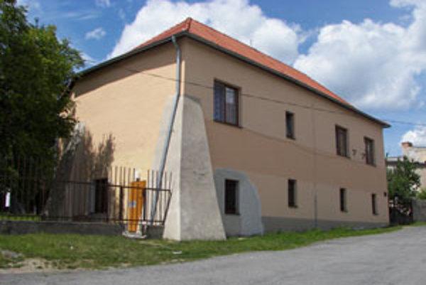 Katolícky dom. Tabuľa na ňom hovorí, že v ňom žil J. C. Hronský.