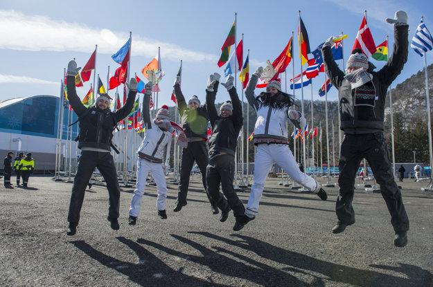 Snímka z ceremónie vztyčovania vlajky v olympijskej dedine v Pjongčangu.