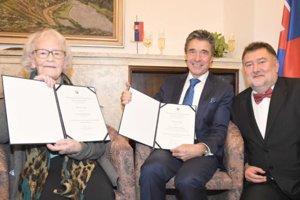 Na fotografii Iboja Wandall-Holm, Anders Fogh Rasmussen aBoris Gandel. Iboja má 95 rokov aje veľmi svieža.