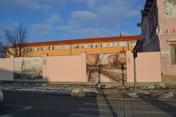 Nevábny múr sa mení na unikátnu exteriérovú galériu. Vlani vznikli prvé dve diela airbrushovou technikou v spolupráci s výtvarníkom Danielom Hlávkom.