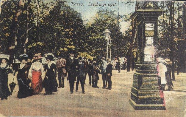 Reklamný stĺp v Széchenyiho parku.