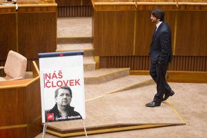 Minister vnútra Robert Kaliňák pri plagáte Ladislava Bašternáka v NR SR, ktorým chcel Igor Matovič upozorniť na kauzu.