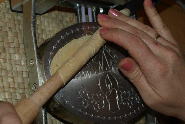 Pri výrobe trubičiek je nutná špeciálna drevená palička.